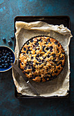 Sponge with bluberries, crumble topping and almonds