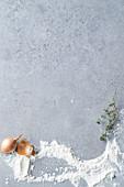 Grauer Hintergrund mit Zwiebel, Mehl und Thymian