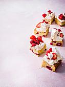 Eton-Mess-Blechkuchen mit Beeren