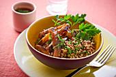Auberginen-Quinoa mit Petersilie und scharfer Sauce