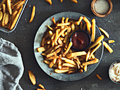 Pommes frites mit Ketchup und Mayonaise