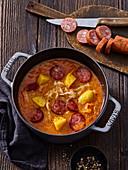 Deftige Sauerkrautsuppe mit Kartoffeln und Wurst