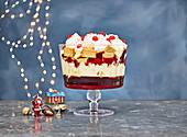 Weihnachts-Trifle mit Himbeergelee und Vanillesauce