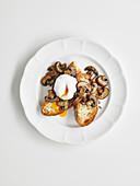 Baguettebrot mit Knoblauch-Pilzen und pochiertem Ei