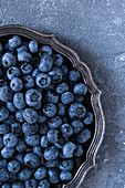 Frische Blaubeeren auf Vintage-Teller