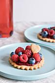 Keks-Törtchen mit Marmelade und Beeren