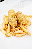 Pommes frites mit Käse-Würstchen
