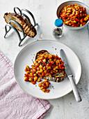 Würzige Baked Beans auf getoastetem Sauerteigbrot