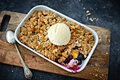 Vegan crumble with peaches, blueberries and oat crumbles
