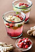 Ingwer-Cranberry-Getränke mit Honig und Limette