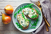 Grilled bread with pears and gorgonzola