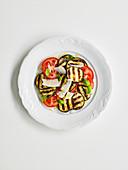Gegrillter Auberginensalat mit Tomaten und Parmesan