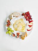 Gebackener Brie mit Honig, Früchten und Brot
