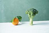 Stilleben mit Orange und Broccoli