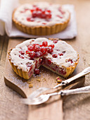 Mini redcurrant tartlets with nuts