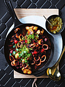Calamari-Kasserole mit grüner Chili-Romescosauce
