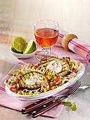 Gegrillte Avocado mit Hähnchen und Gemüsesalat