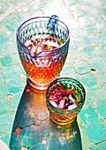 Beerenlimonade im Glas und Krug