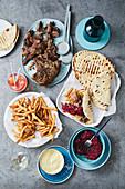 Lamm-Souva mit Pitabrot und Pommes Frites (Griechenland)