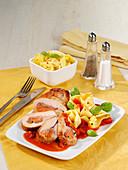 Schnitzeltaschen vom Schwein mit Bandnudeln und Tomatensauce