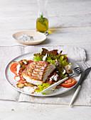 Kabeljaufilet auf gemischtem Salat