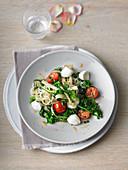 Mangold-Rucola-Gemüse auf Konjaknudeln mit Tomaten und Mozzarella