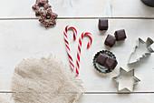 Weihnachtsstilleben mit Förmchen, Süssigkeiten und Plätzchen