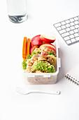 Lunchbox mit gesunder Mahlzeit aus Obst, Gemüse und Sandwich