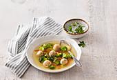 Gemüsesuppe mit Hefeklöschen