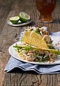 Miesmuschel-Eismeergarnelen-Salat mit Biervinaigrette serviert in Tacoschale