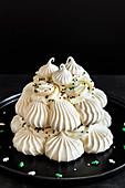 Baiserkuchen (Pavlova) mit Mascarponecreme und Zuckerstreuseln zu Weihnachten