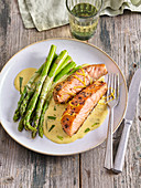 Salmon with green asparagus and bearnaise sauce