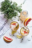 Limonade mit rosa Grapefruit und Thymian