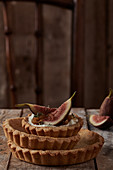Tartlets with cheese cream and figs