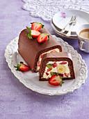 Schokoladenkuchen in Kastenform gefüllt mit Frischkäse und Früchten