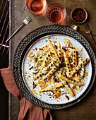 Gegrillte Maiskölbchen mit gesalzenem Ricotta und geräucherten Mandeln
