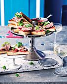 Toasts mit Ente und würzigem Rhabarber