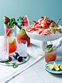 Garnelen mit Mayo auf Eis, dazu Wassermelonen-Basilikum-Mojito