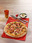 Indische Naan-Pizza mit Okra in Tomatensauce