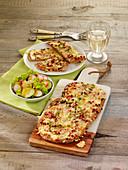 Sauerteigfladen 'Dinnete' mit Schmand, Zwiebeln und Rauchfleisch