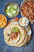 Slow Cooked Lammgyros mit Hummus und Fladenbrot