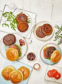 Gegrillte Burger mit Barbecuesauce und Tomaten