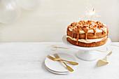 Einfacher Karamellkuchen mit Wunderkerze