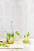 Mojito in Gläsern und Glaskrug