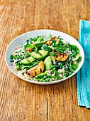 Avocadosalat mit Pfirsich, Minze und Basilikum