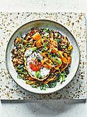 Gebratenes Getreide mit Kimchi, knusprigem Spiegelei und Nori