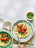 Cheddar-Frühlingszwiebel-Risotto mit Balsamico-Tomaten