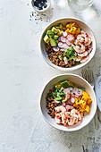Poke Bowl mit Getreide, Garnelen- und Gemüse