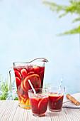 Sangria mit Wermut, Rotwein und Früchten