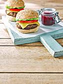 Schwedische Hackbällchen-Burger mit Käse und Preiselbeeren